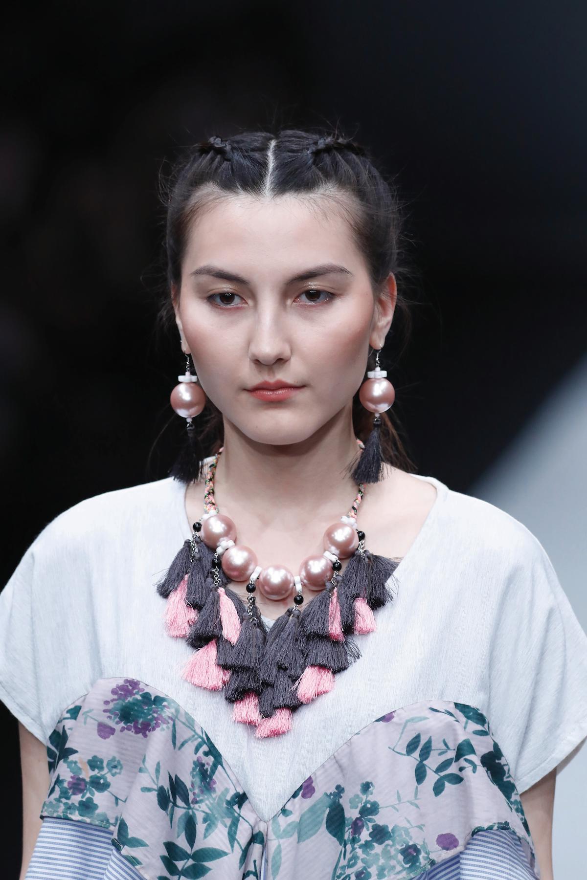 8. wanita kaukasia dengan model rambut kepang untuk pesta double dutch braid