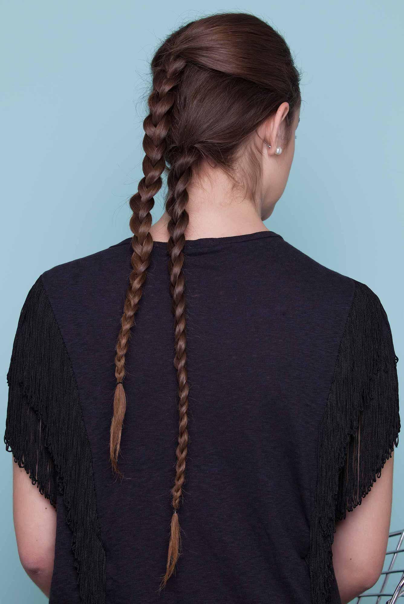 14 kepang rambut dua dengan gaya rambut panjang dikepang