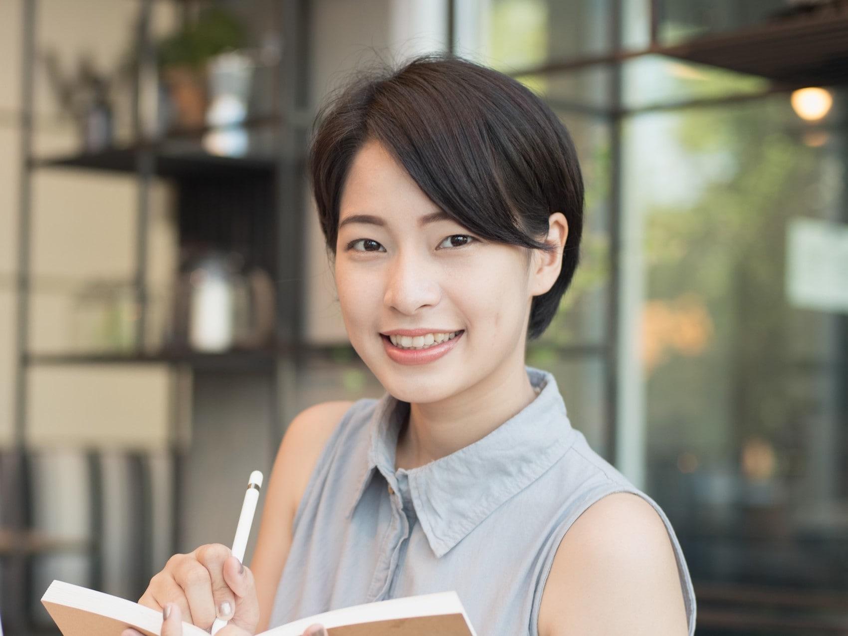 Model rambut pendek wanita Jepang gaya pixie dengan poni samping