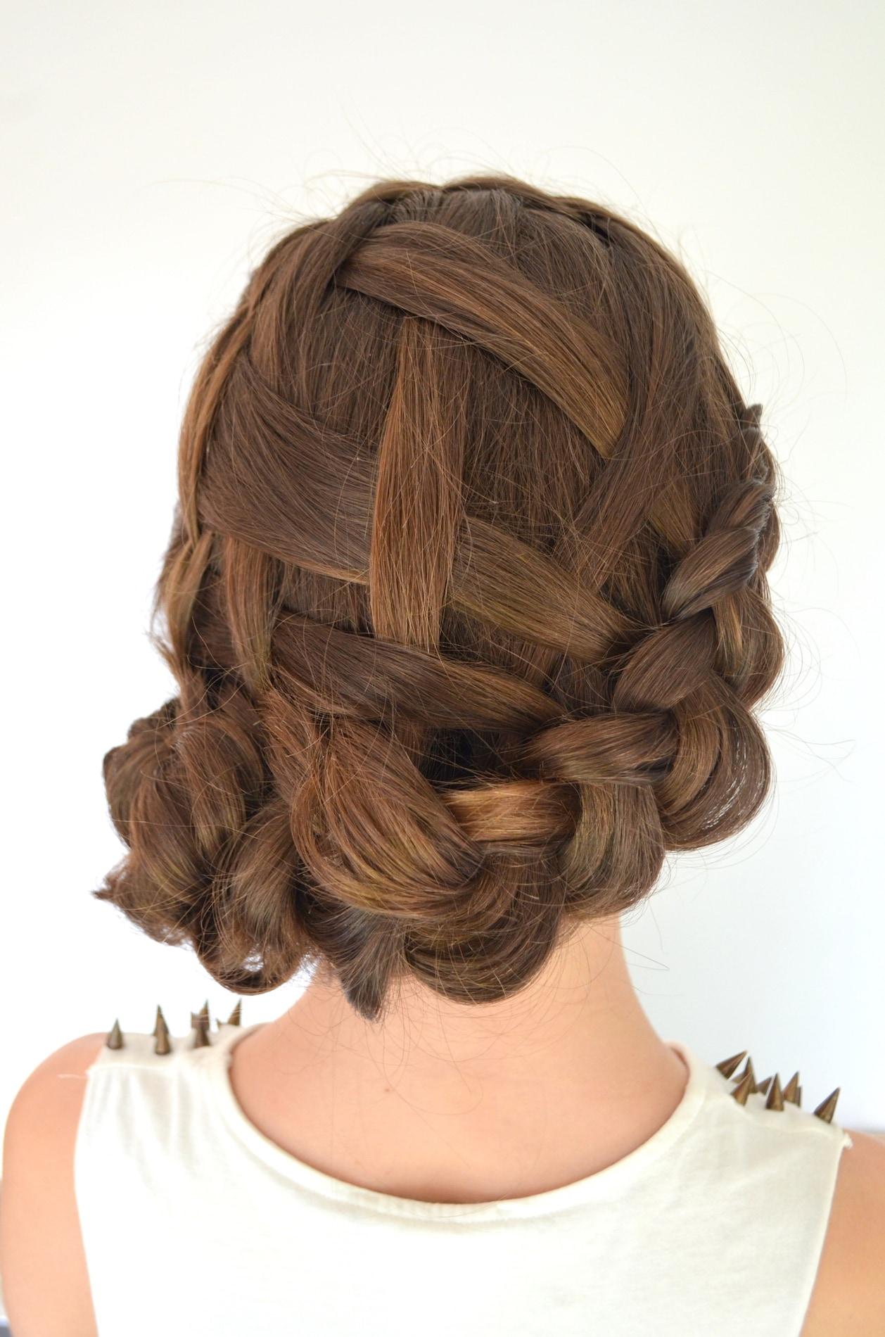 Waterfall braids dengan paduan sanggul kepang.