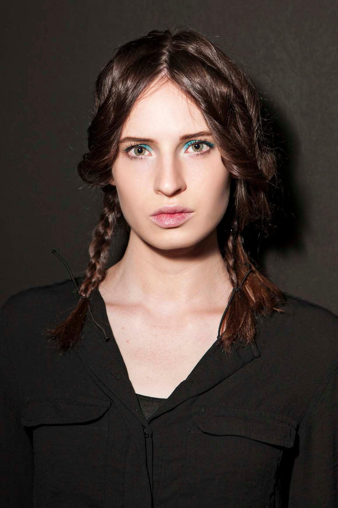 7 kepang rambut dua dengan perpaduan loose french braids dan kepang klasik
