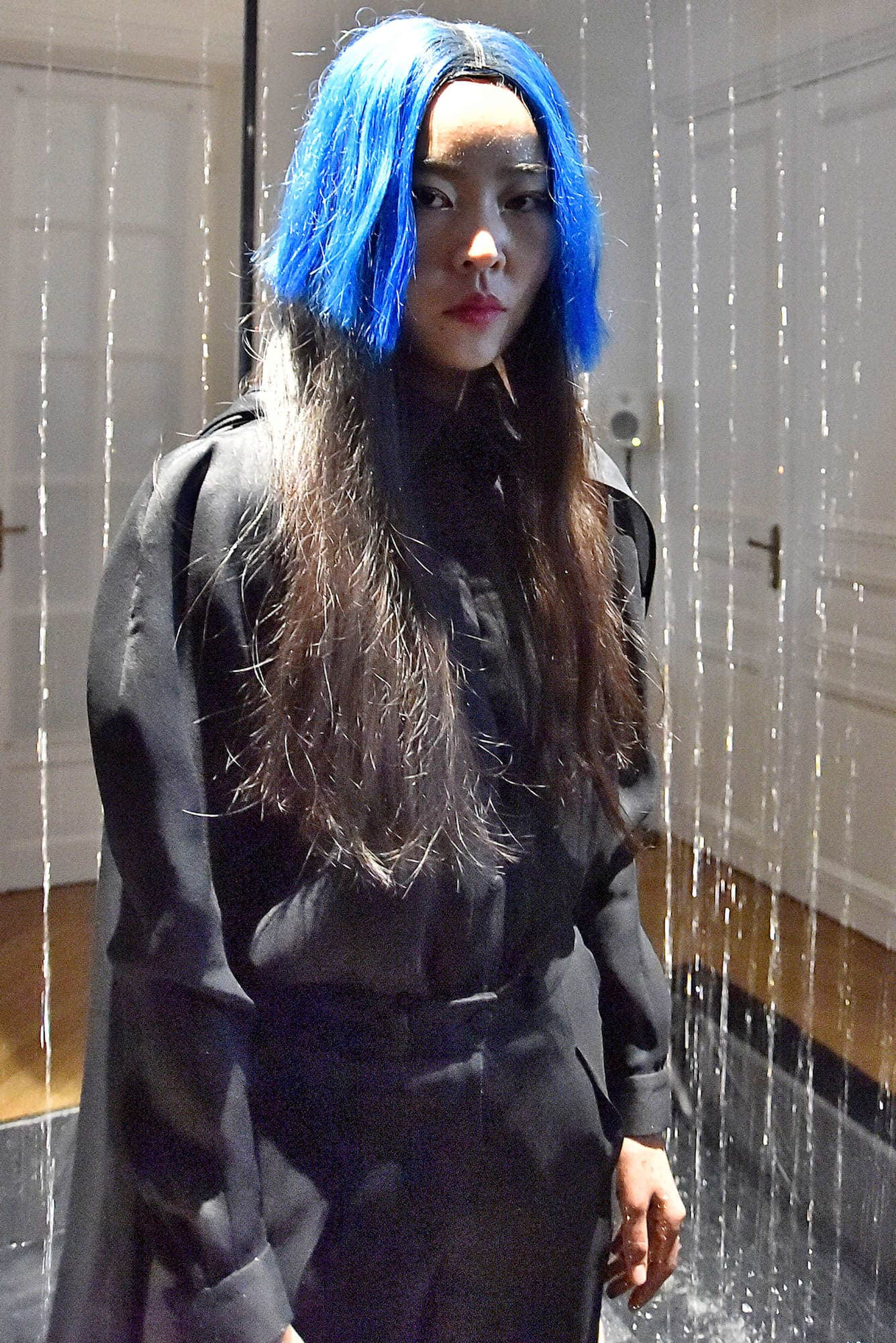model rambut Harajuku panjang warna biru dan hitam