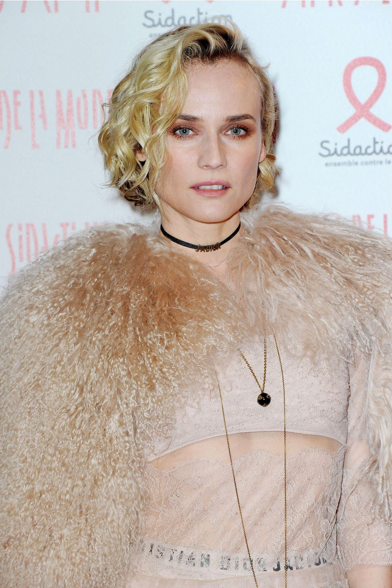 Diane Kruger model curly bob pada rambut pendek gaya hollywood curls.