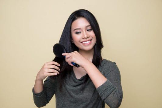 French braid - persiapkan rambut dengan menyisir rambut.