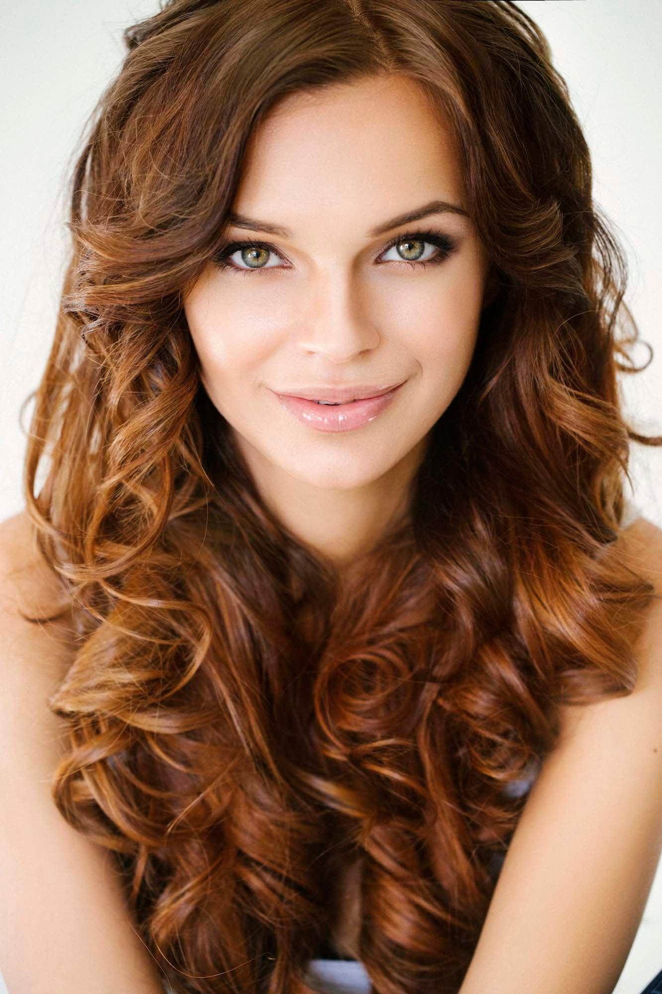 Warna rambut cokelat kemerahan dengan sedikit warna keemasan.