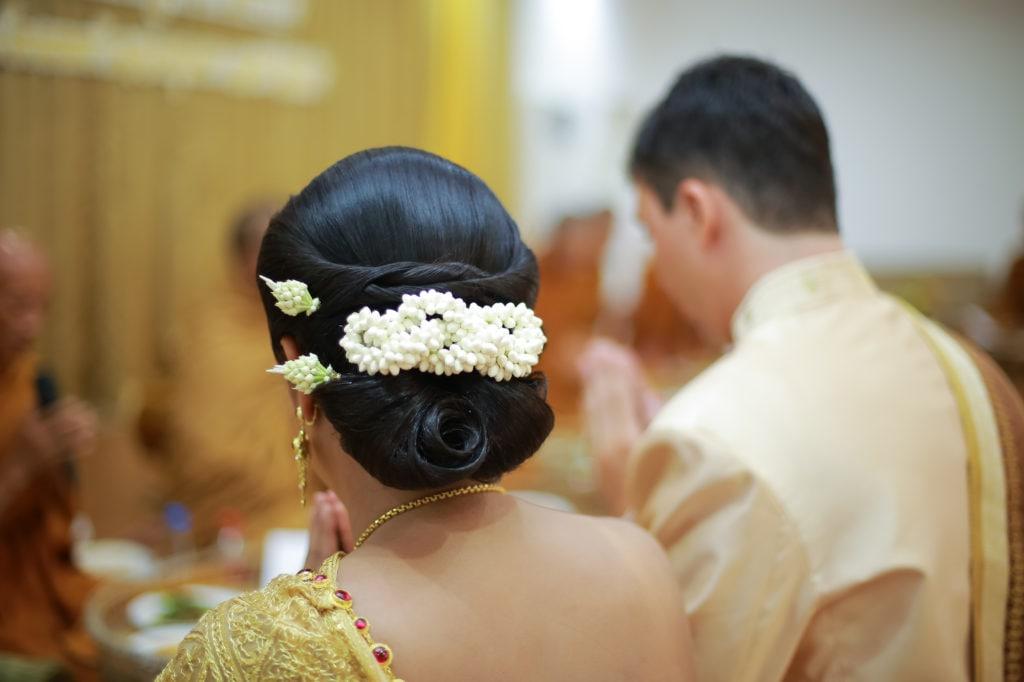 Model sanggul pengantin dengan gaya rambut sanggul tradisional.