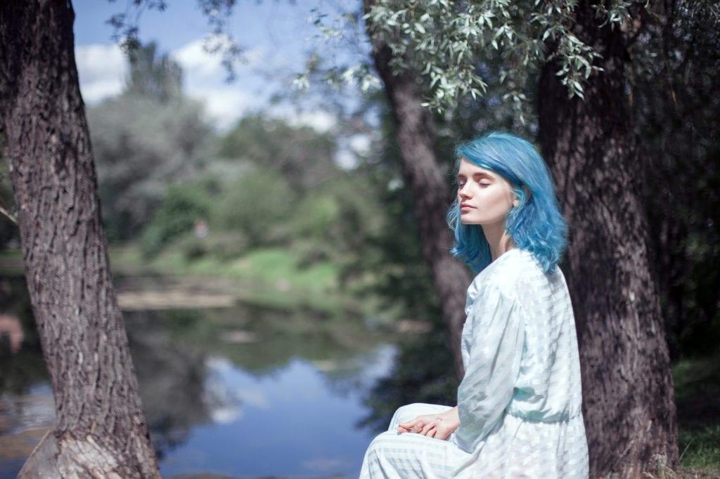Warna rambut biru terang dengan highlight biru neon.
