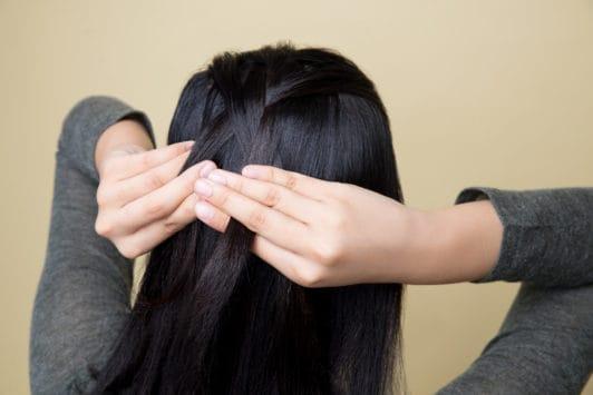 French braid - kepang rambut mulai dari bagian atas.