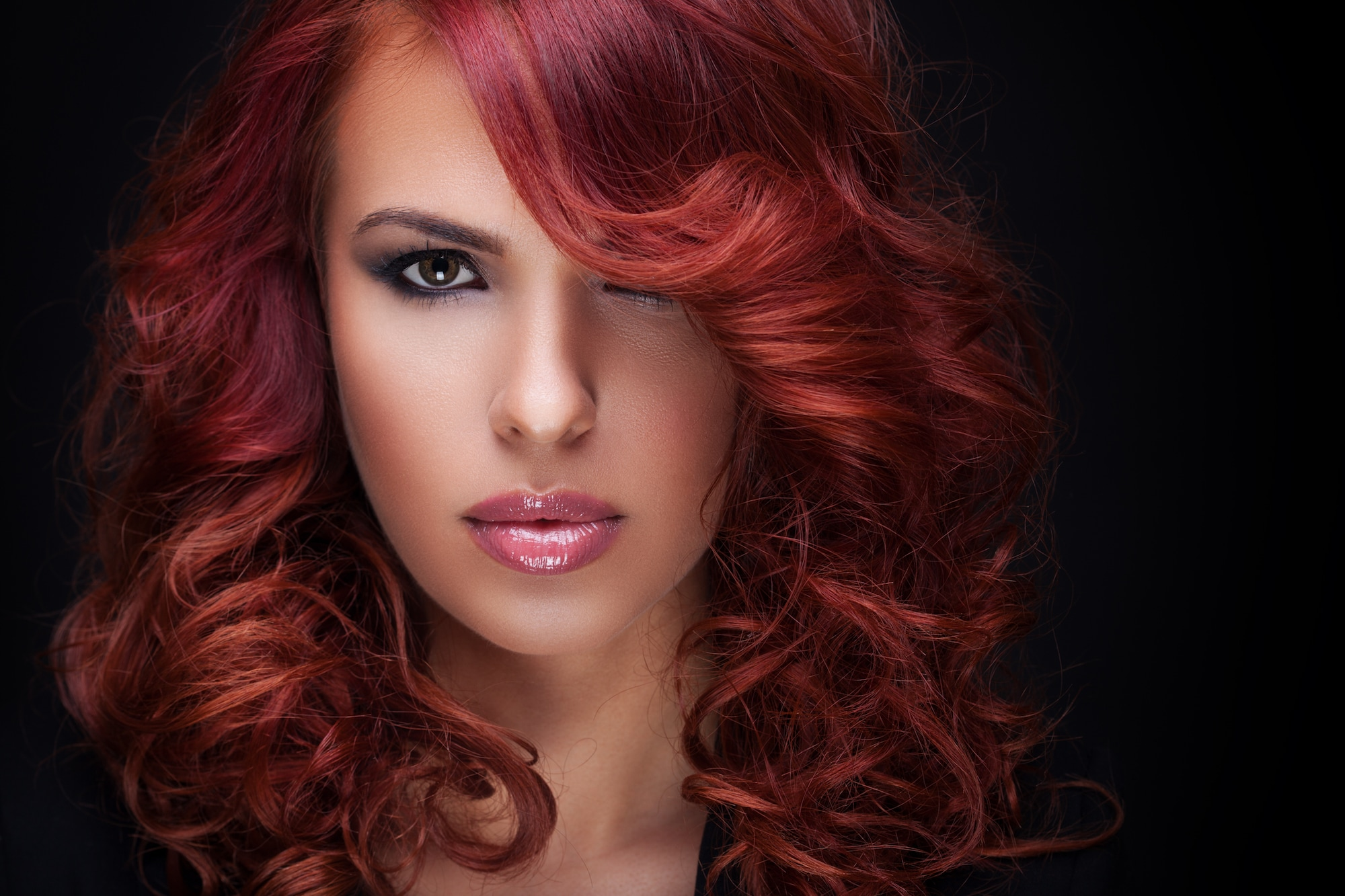 Warna rambut burgundy pada kulit sawo matang.