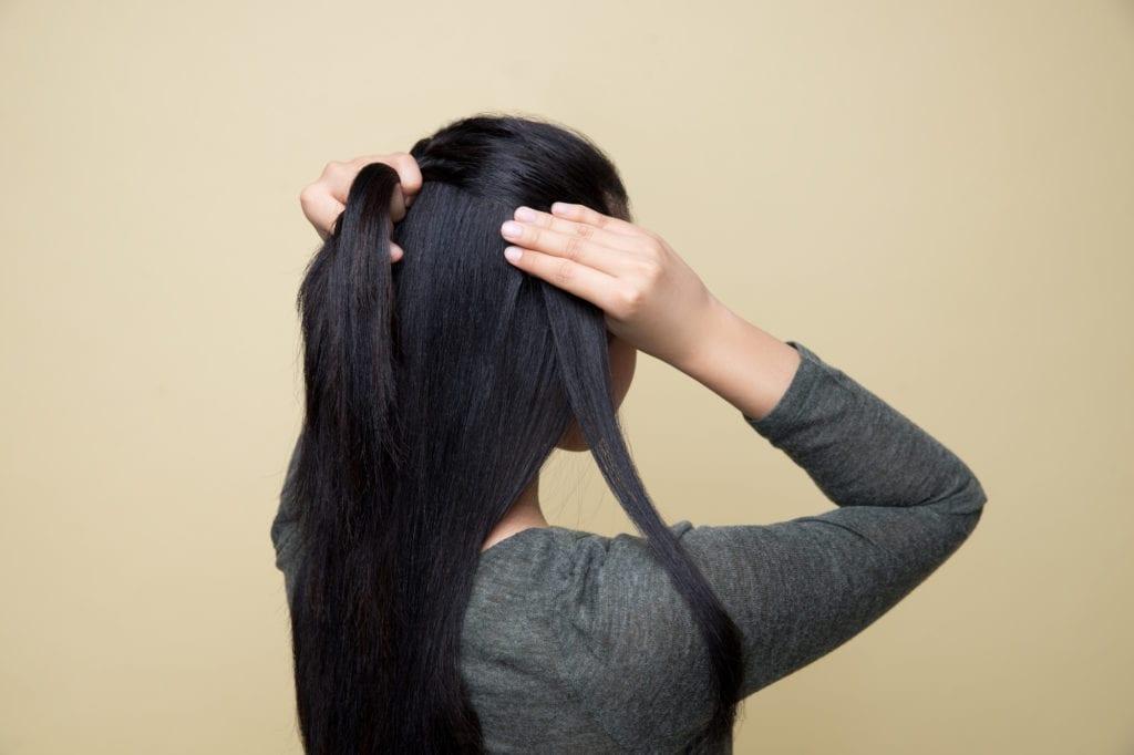 French braid - menambahkan jalinan rambut pada kepangan.