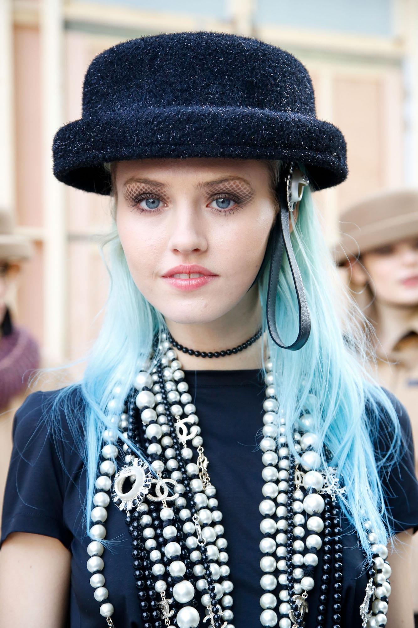 Warna rambut biru pastel panjang.