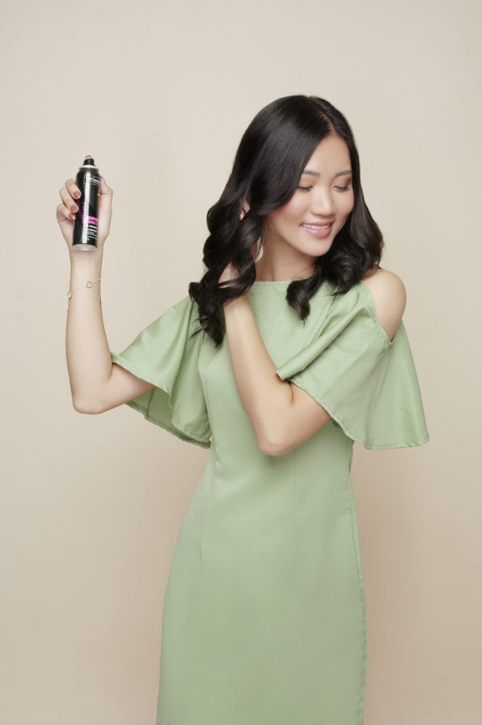 Cara mengeriting rambut dengan curling wand - semprotkan hair spray.