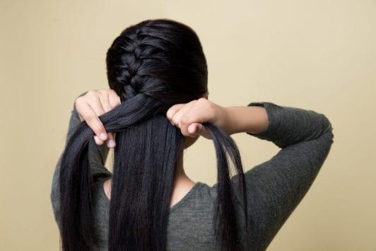 French braid - teruskan mengepang rambut hingga ke bawah.