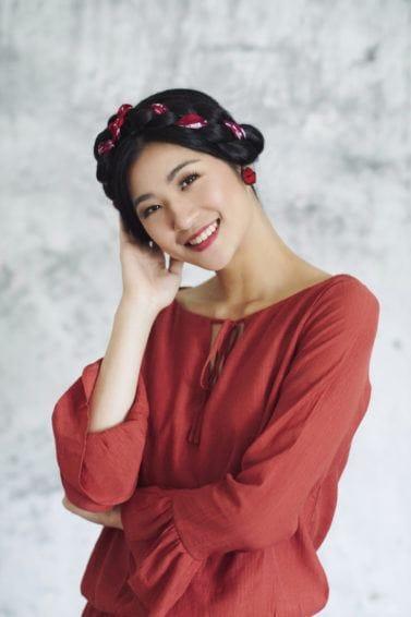 5 kepang rambut panjang dengan gaya rambut scarf milkmaid