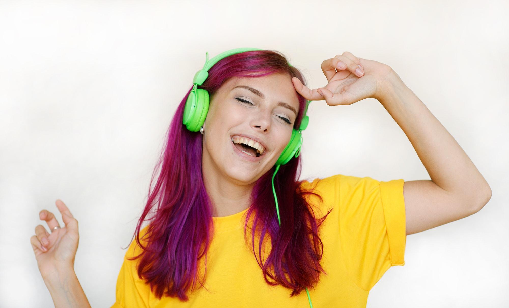 Warna rambut burgundy dengan sentuhan warna deep pink