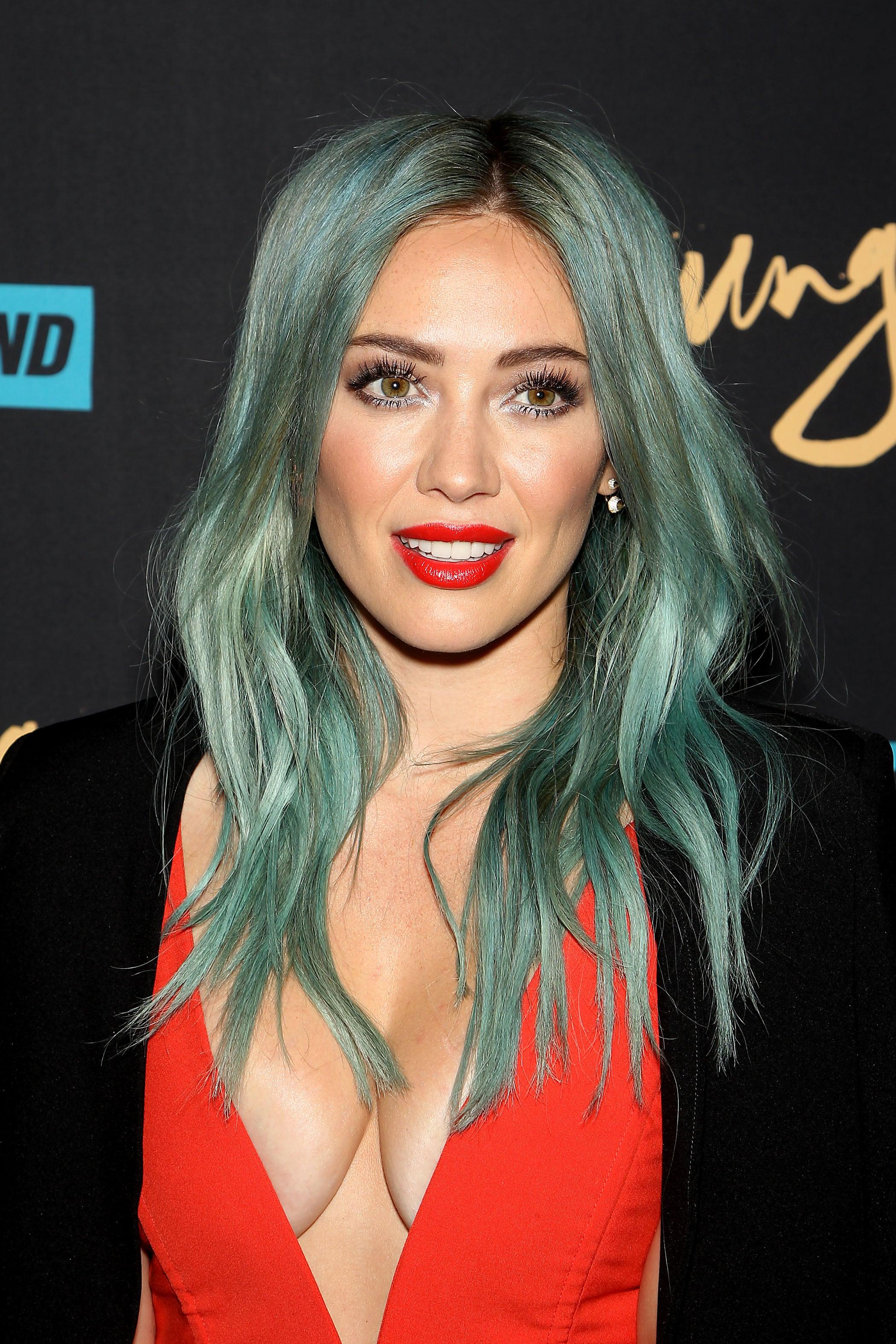 Hilary Duff dengan mermaid hair warna tosca