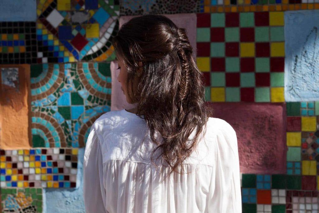 Wanita kaukasia dengan warna rambut dark brown untuk rambut tipis.