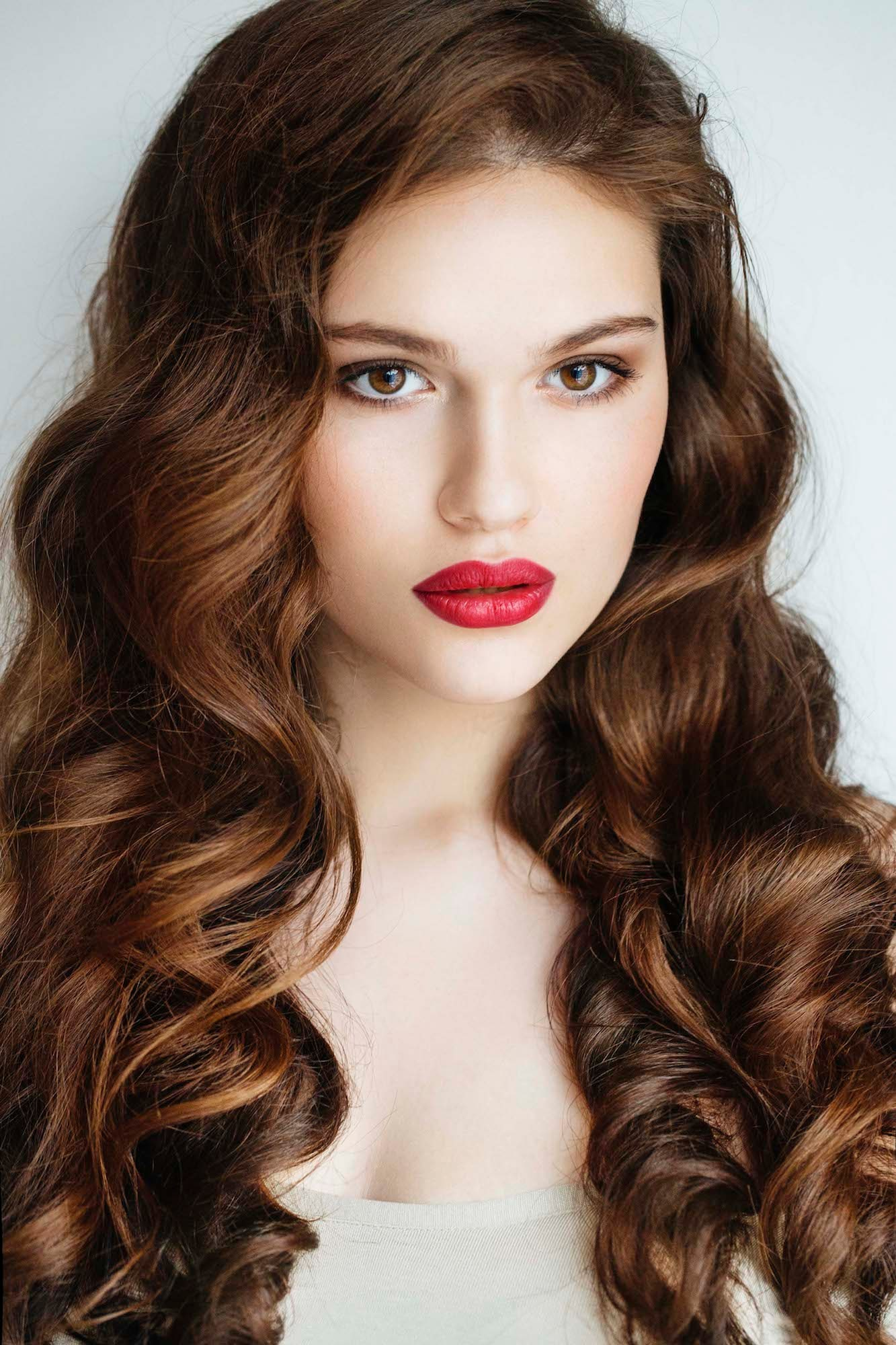 Warna rambut cokelat kemerahan dengan semburat warna merah.