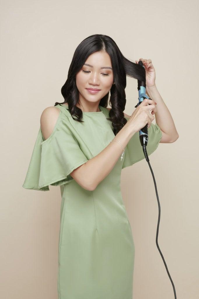 mengeriting rambut dengan curling wand