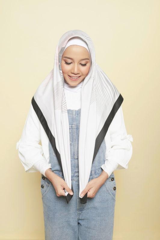 Step 1 - Tutorial hijab segi empat memposisikan hijab.