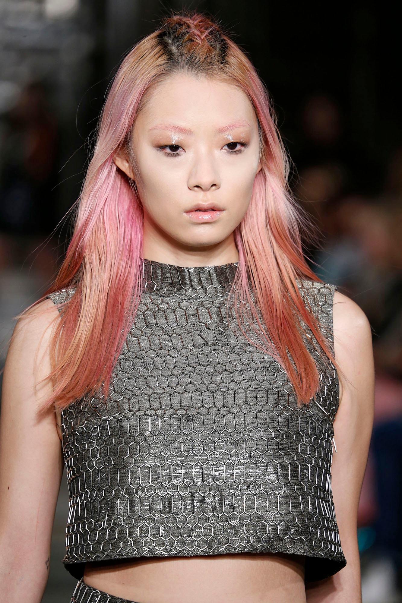 Warna rambut pink rose gold dengan highlight warna emas.