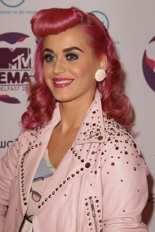 Warna rambut hot pink pada Katy Perry.