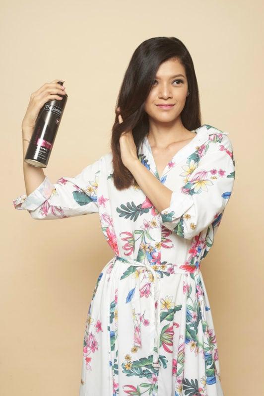 Scrunch hair tutorial menyemprotkan rambut dengan hair dryer.
