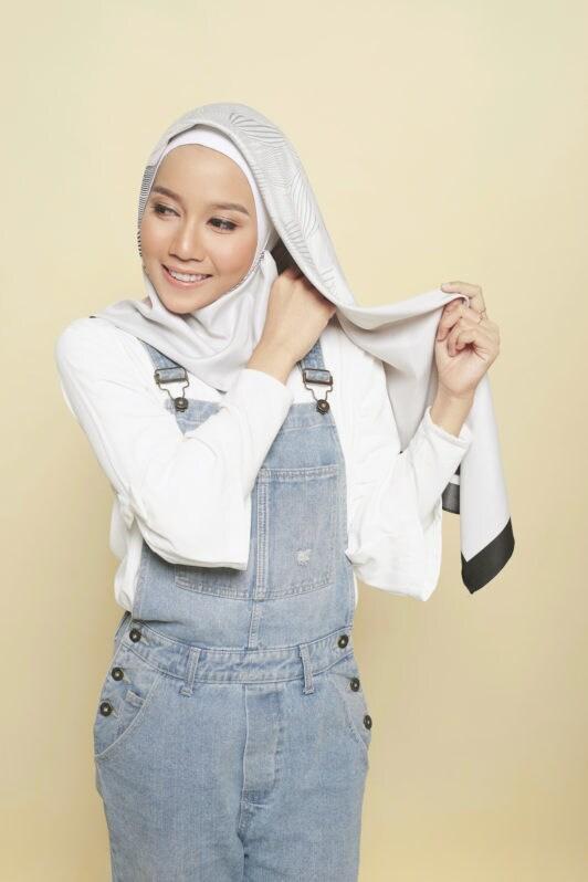 Step 2 - Tutorial hijab segi empat menata hijab.