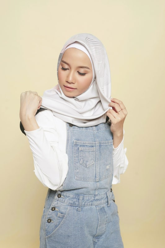 Step 3 - Tutorial hijab segi empat menyematkan hijab.