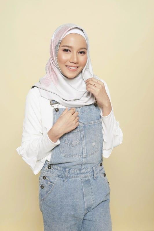 Step 4 - Tutorial hijab segi empat menata hijab dengan sentuhan terakhir