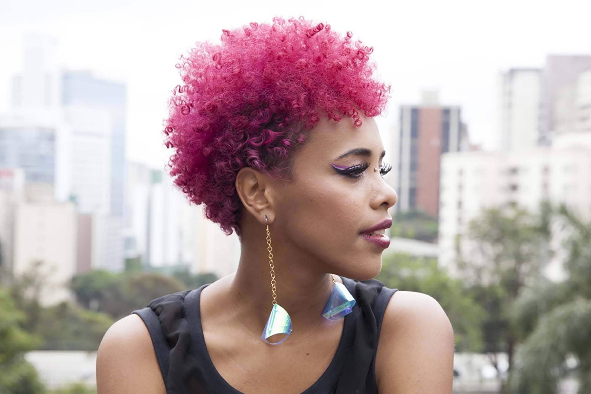 Warna rambut pink deep magenta.
