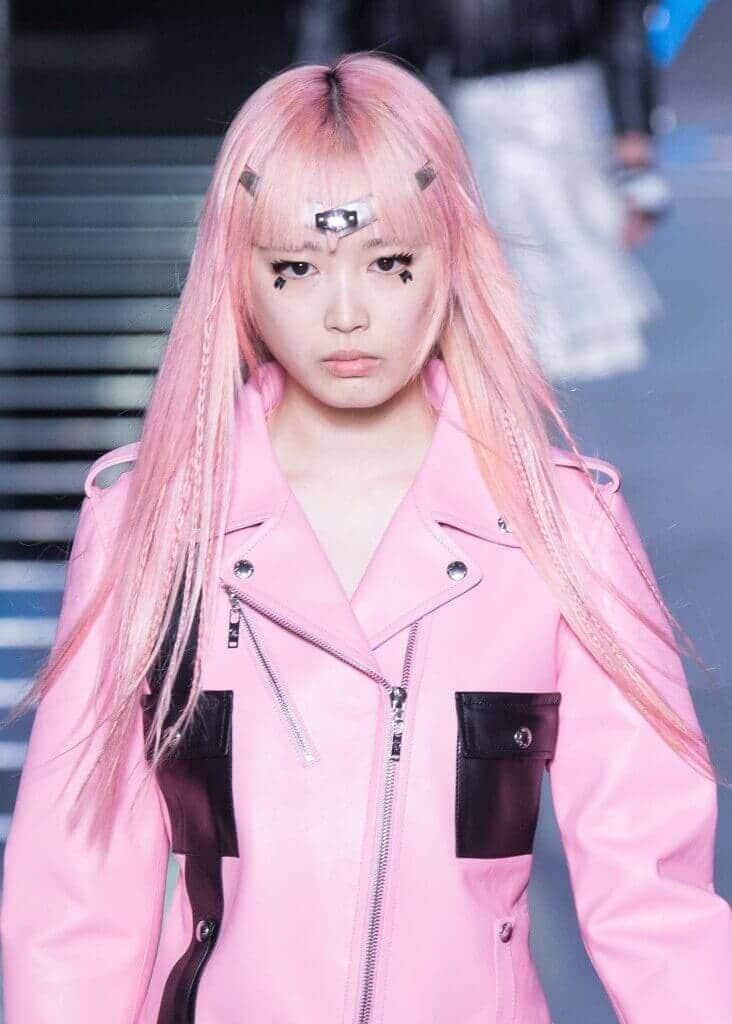 Warna rambut pink candyfloss pada kulit asia.