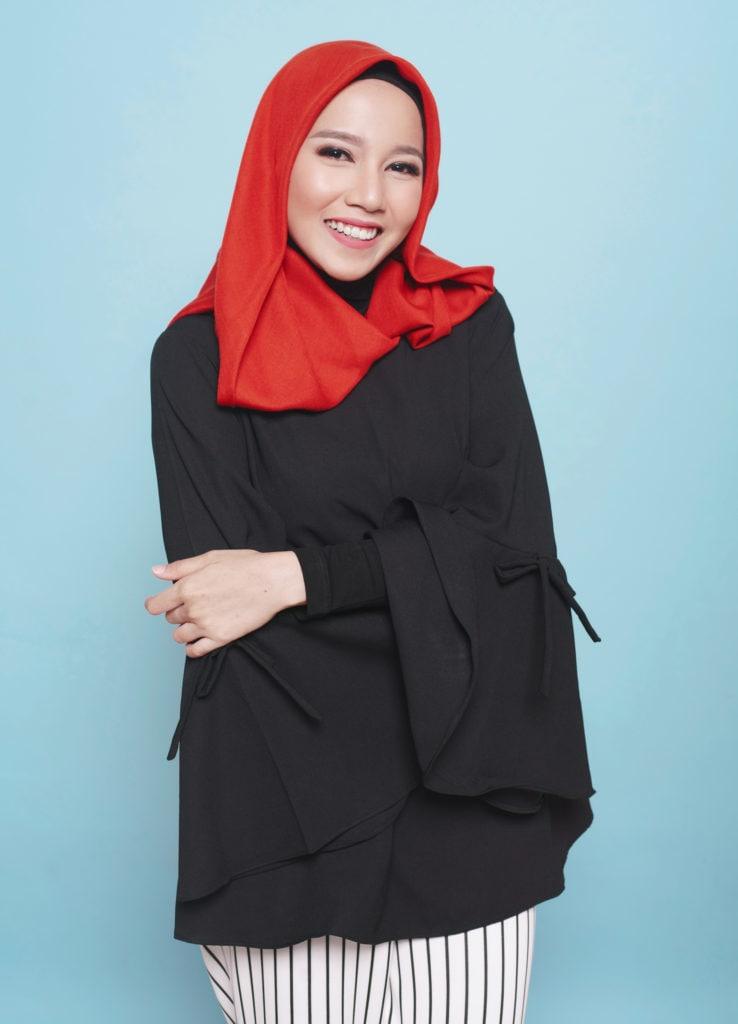 Final look hijab paris wanita asia menggunakan hijab merah