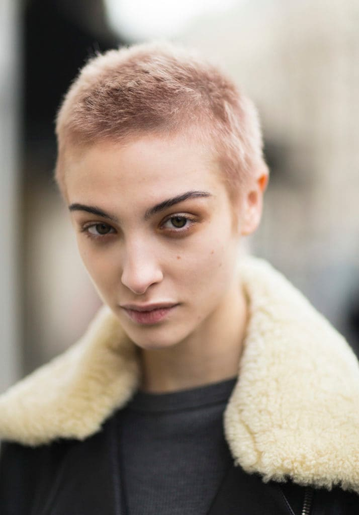 Rambut pirang pendek model shaved cut
