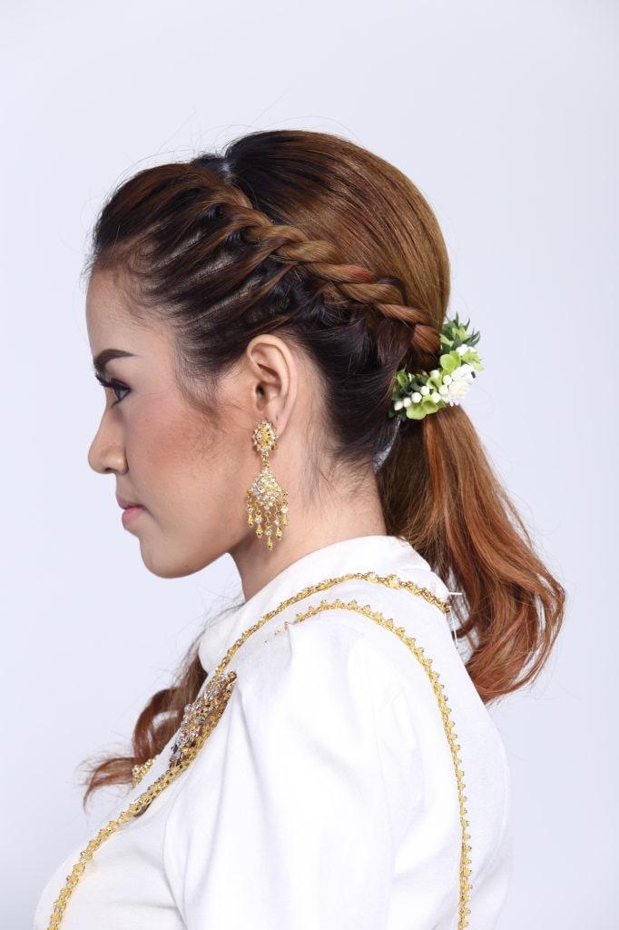 Wanita asia dengan model rambut braided ponytail.