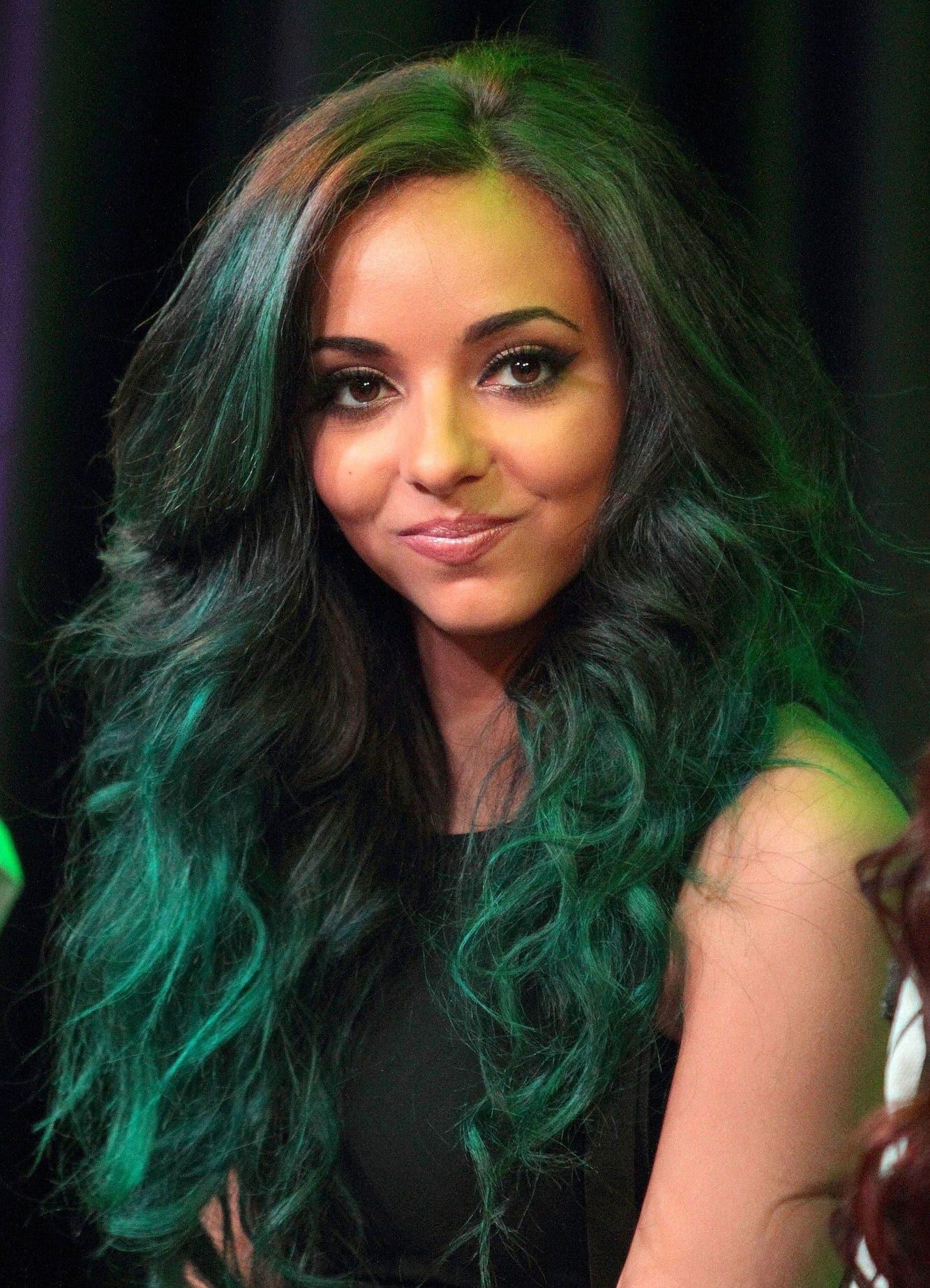 2 jade thirlwall dengan model rambut keriting panjang warna hijau gelap