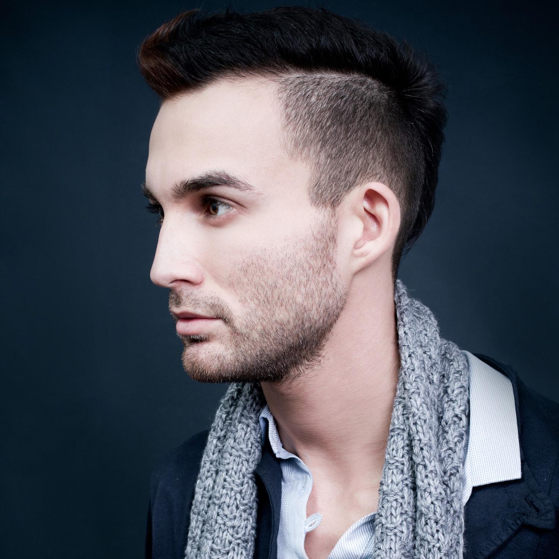 Gaya rambut pria tipis model rambut mohawk.