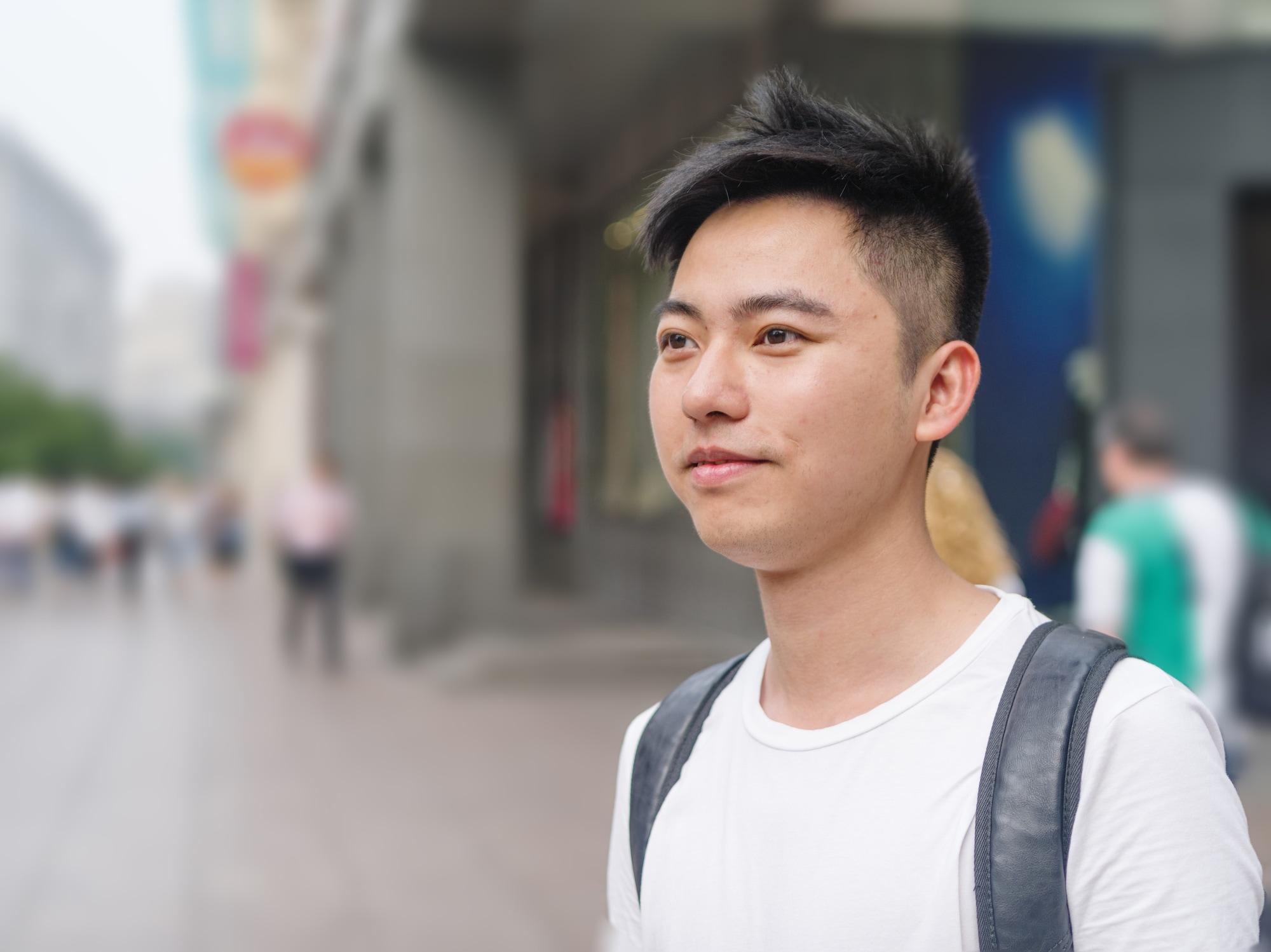 Gaya rambut pria tipis pendek dengan low fade.