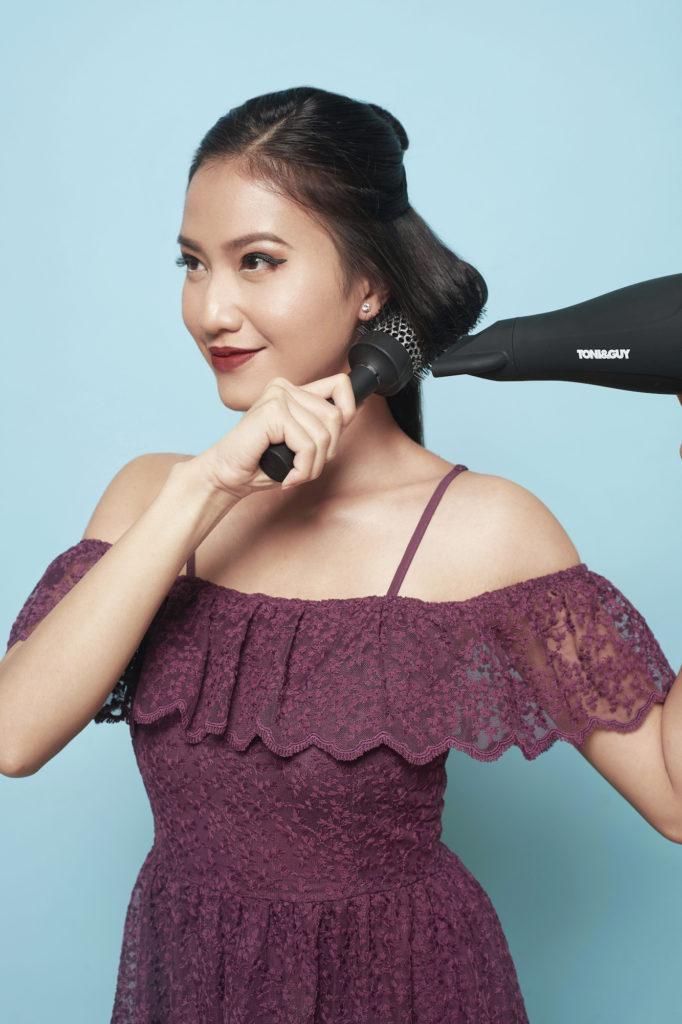 Wanita asia blow dry rambut