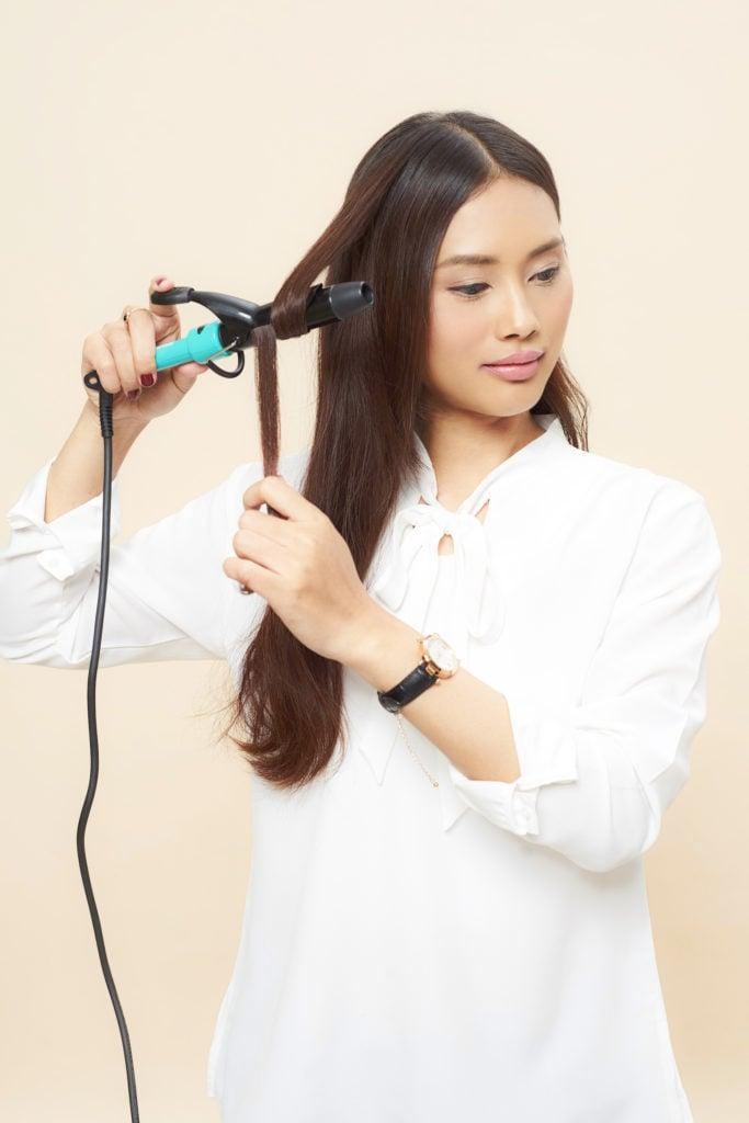 keriting rambut menggunakan curling wand