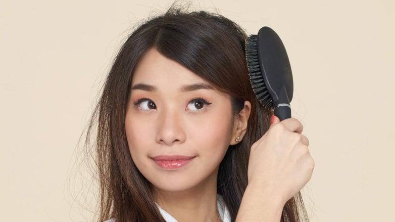 Rambut rapuh dan mudah rontok lebih baik disisir saat kering.