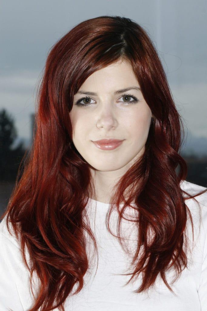 Warna rambut merah maroon pada kulit pucat.