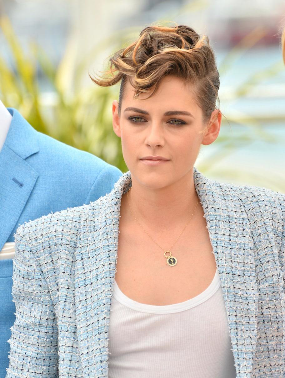 Kristen Stewart model rambut pendek terbaik gaya keriting pixie.