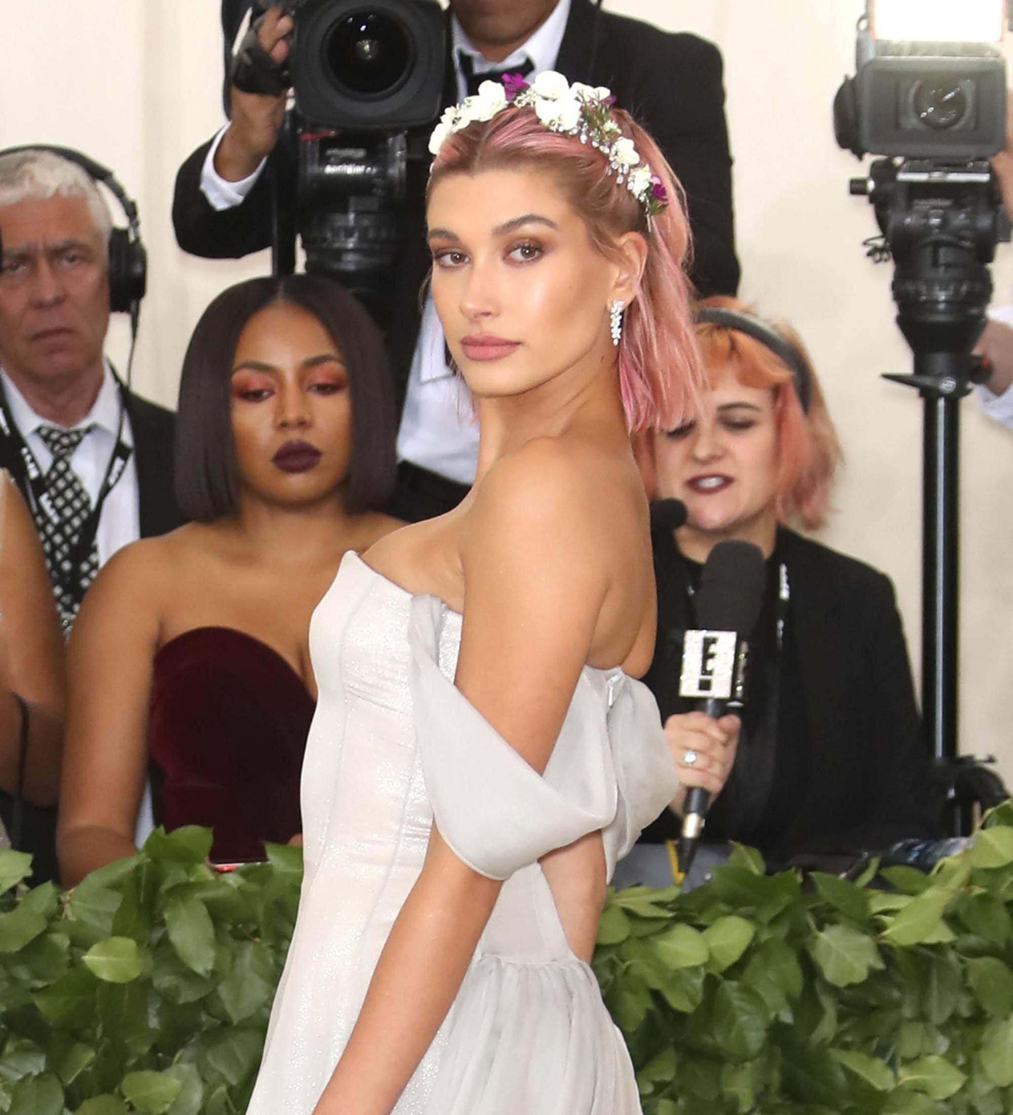 hailey-baldwin-bob-pink-hair.