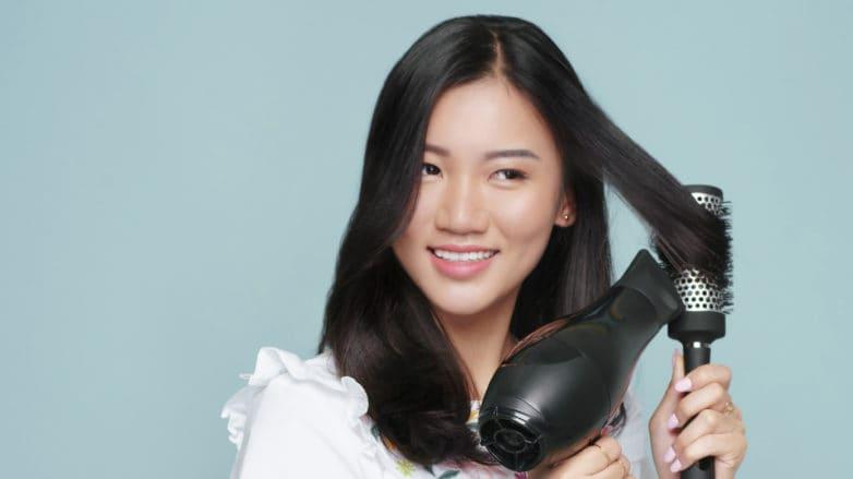 blow rambut dengan hair dryer
