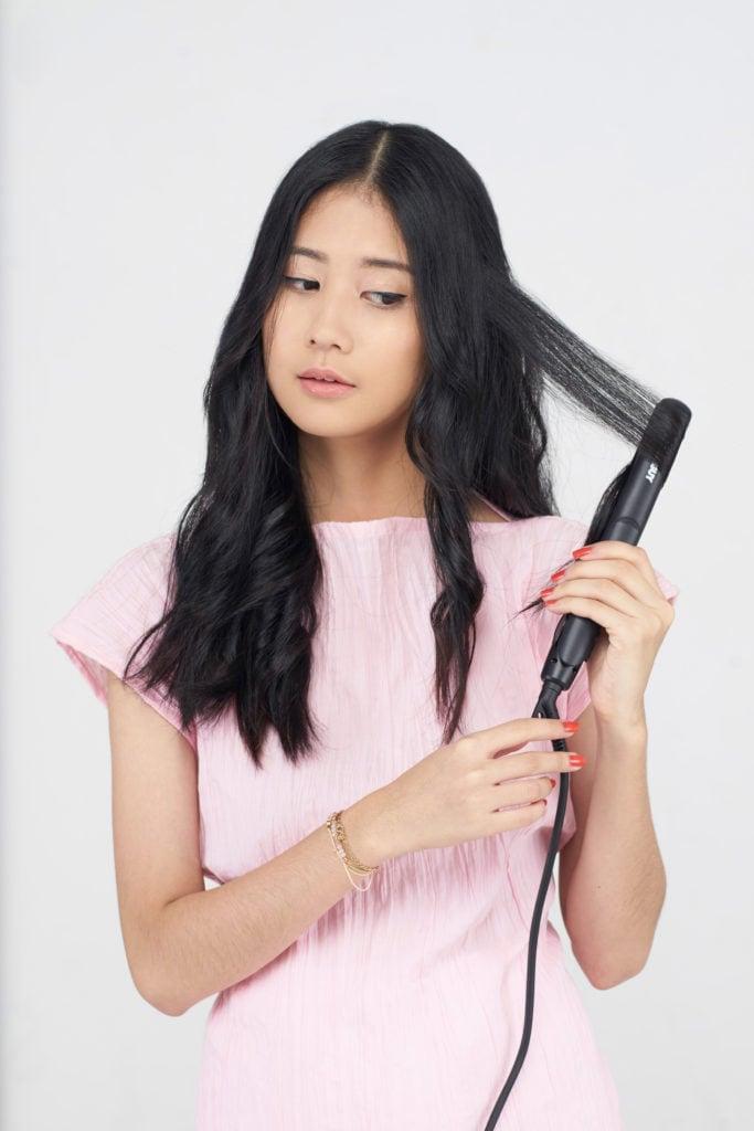 Keriting rambut sedikit demi sedikit.