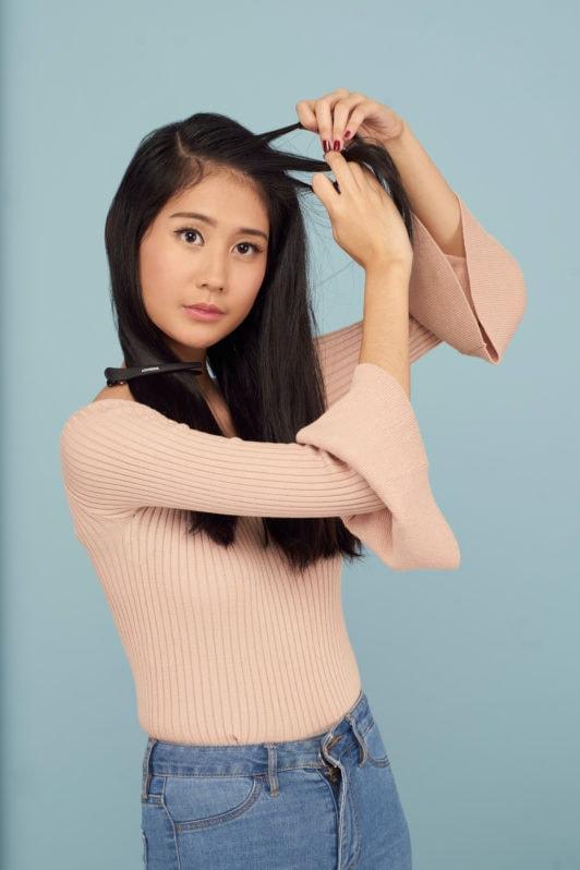 Wanita Asia mengepang rambut