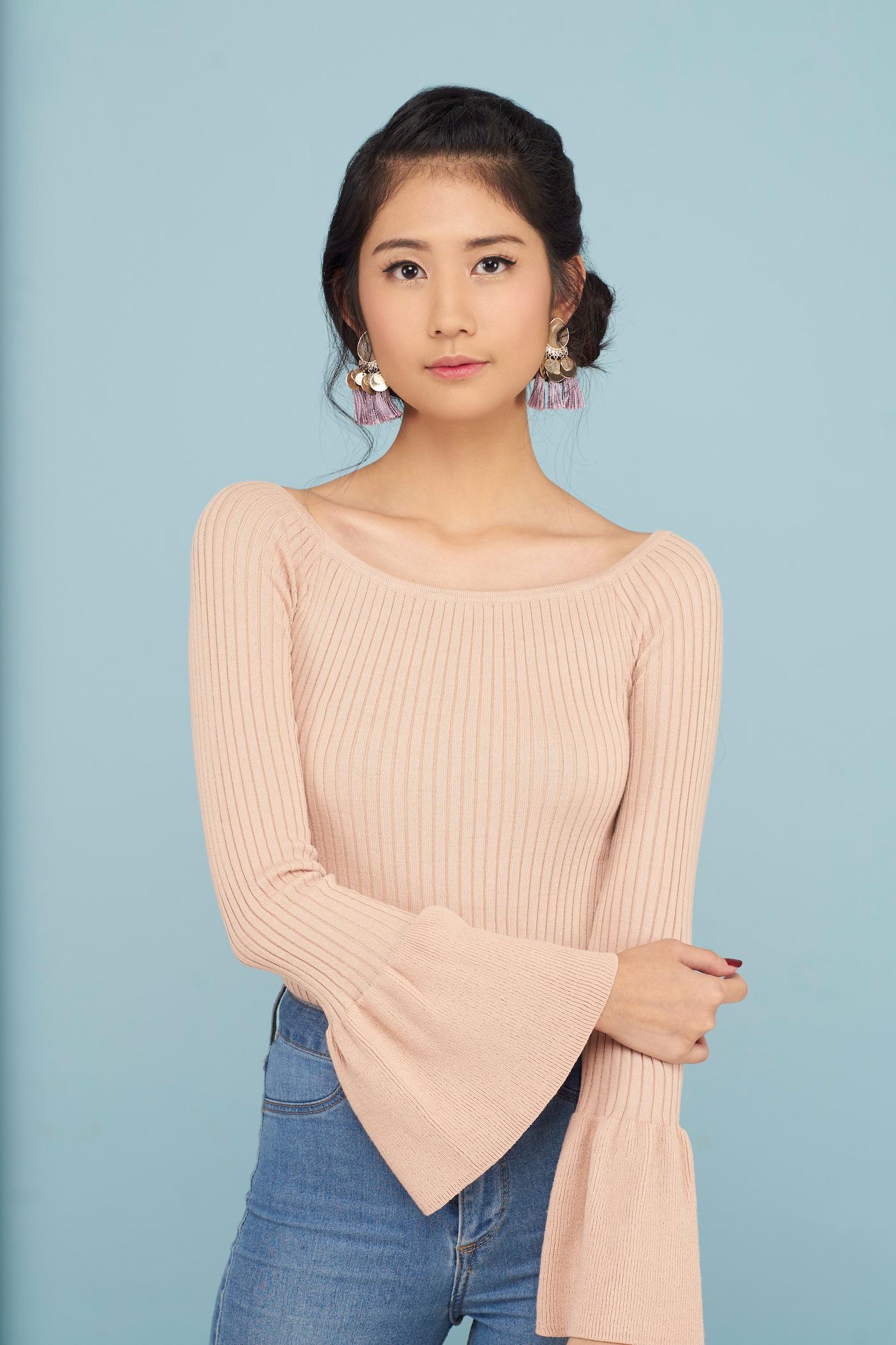 Wanita Asia dengan model rambut sanggul kepang samping