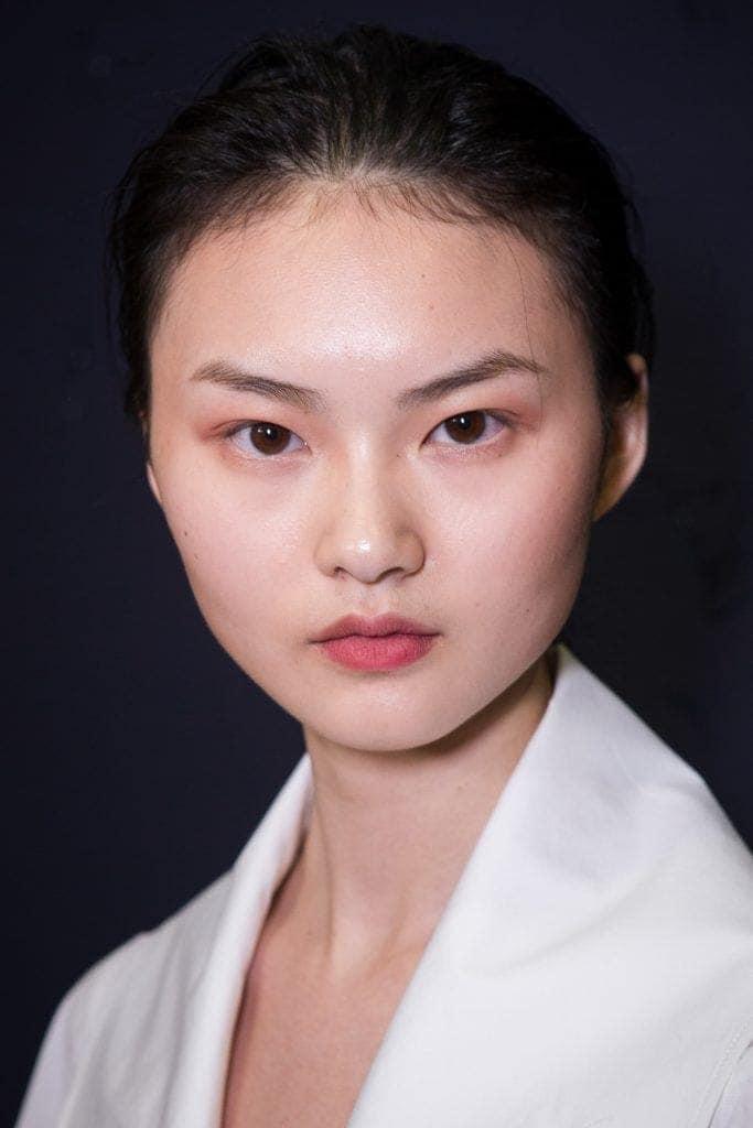 Wanita asia dengan wajah bulat