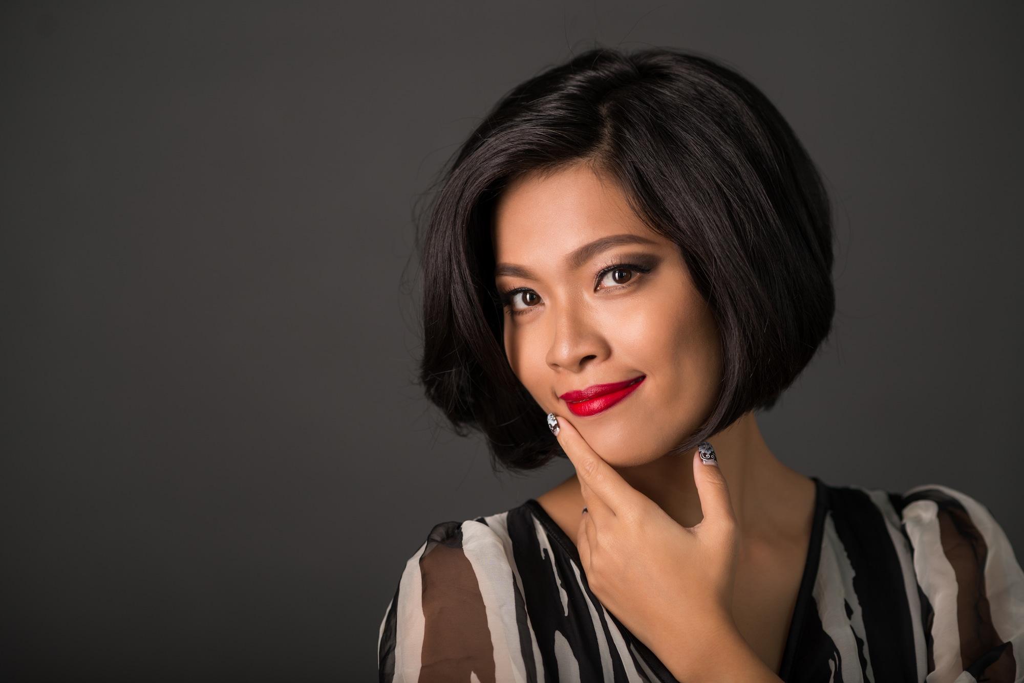 Wanita asia dengan wajah persegi rambut bob